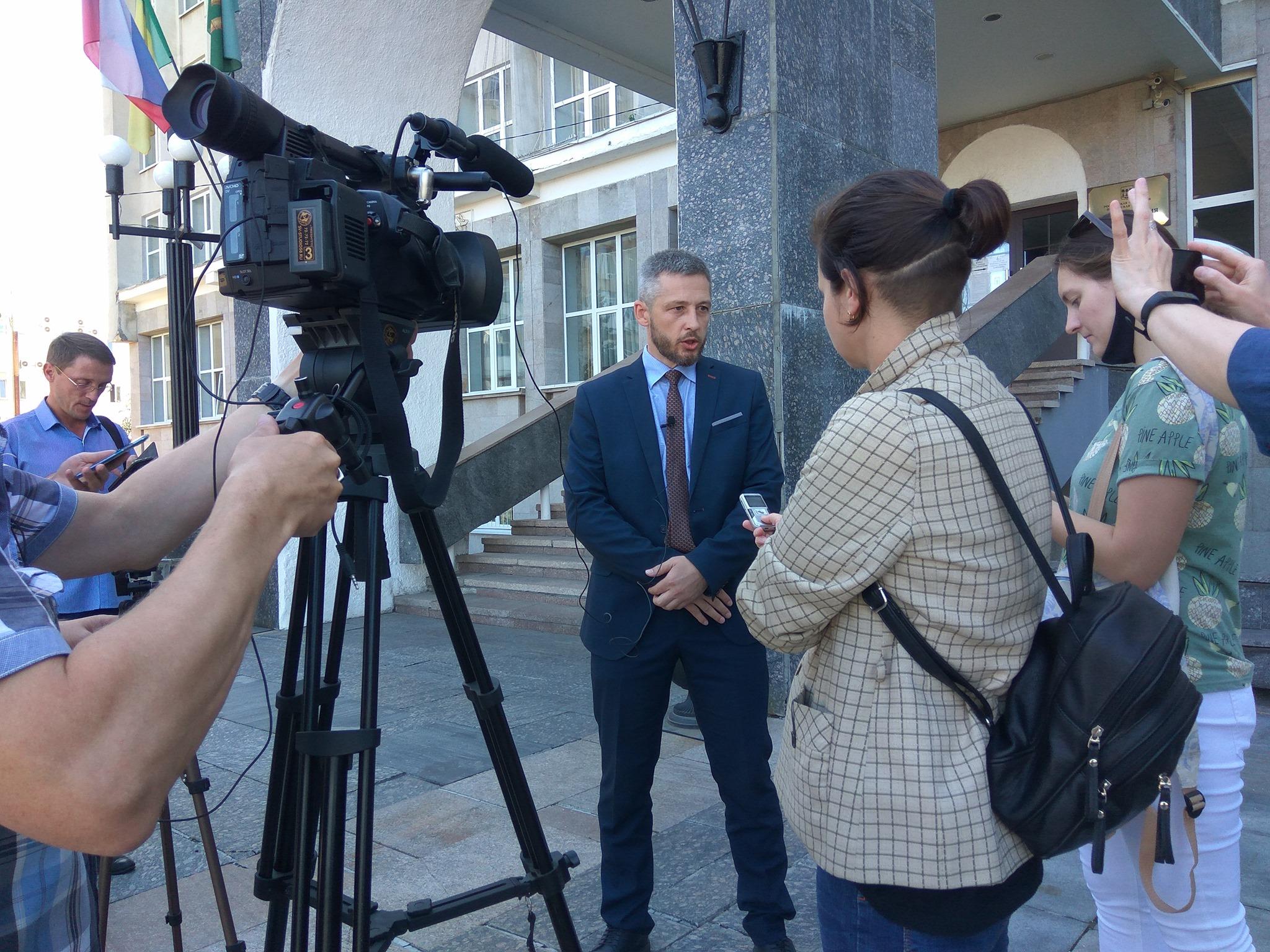 Пензенских депутатов вынуждают общаться с журналистами на ступеньках Гордумы. Продолжится ли такая практика в осенне-зимний период?