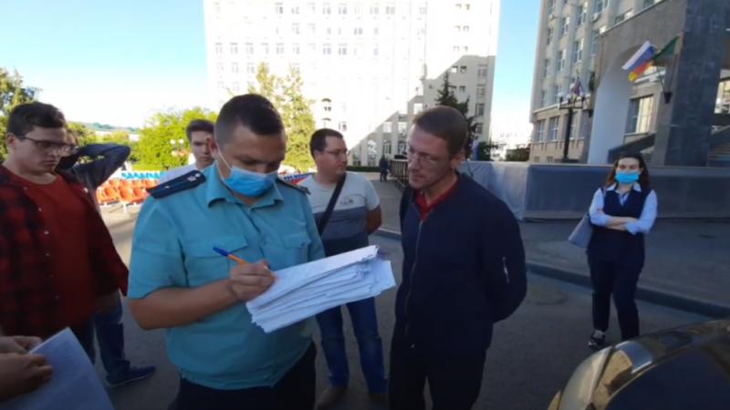 Судебные приставы изъяли машину у депутата Хомца прямо у здания Городской думы