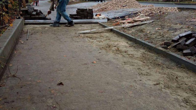 В Пензе тротуарную плитку начали класть на тротуарную плитку
